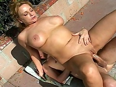 This MILF has the experience to fuck just like a pro